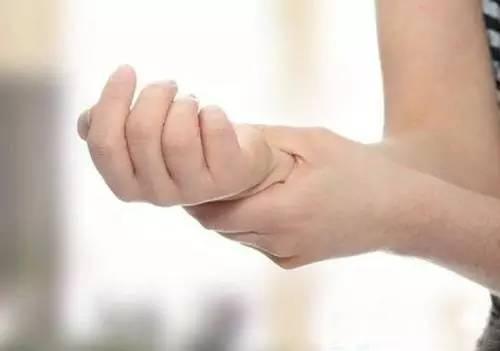 打羽毛球时手腕疼,怎么办?