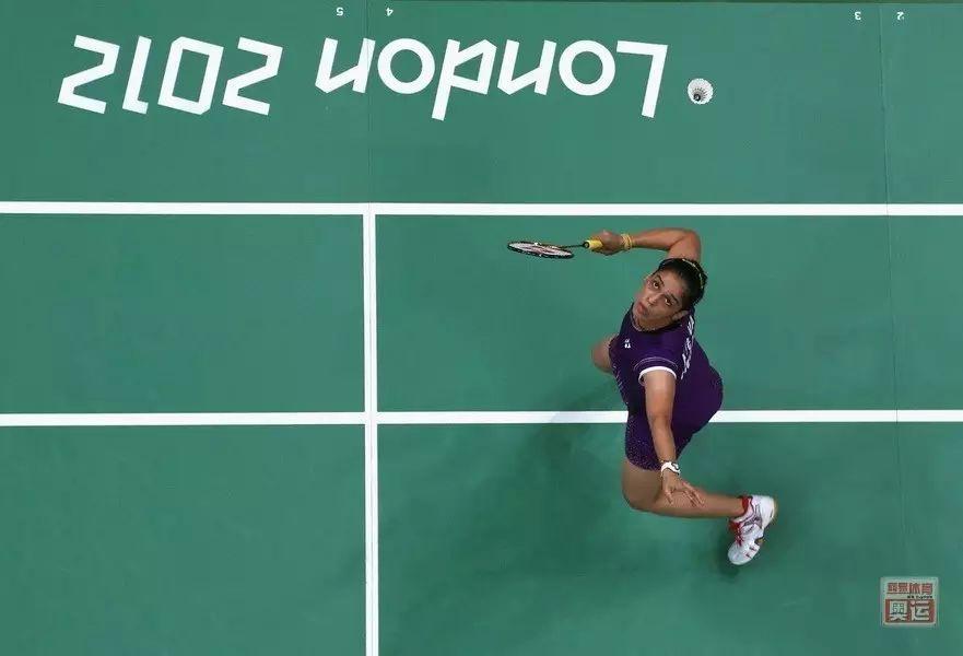 羽毛球被压头顶反手时怎么办